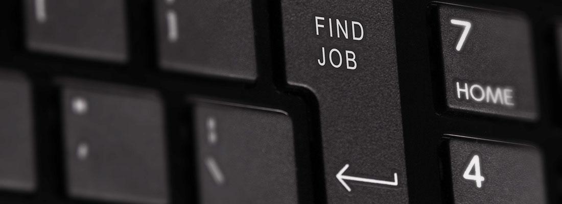 """Nahaufnahme einer Tastatur, Im Fokus steht die Enter-Taste mit der Aufschrift """"Find Job"""""""