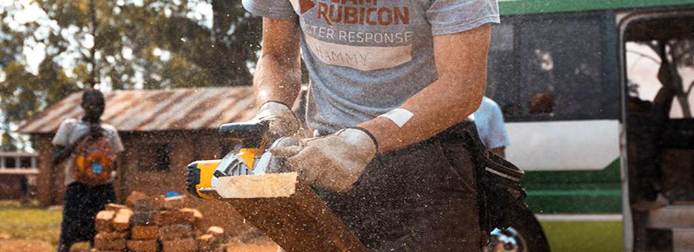 Ein Arbeiter, der Holz zuschneidet