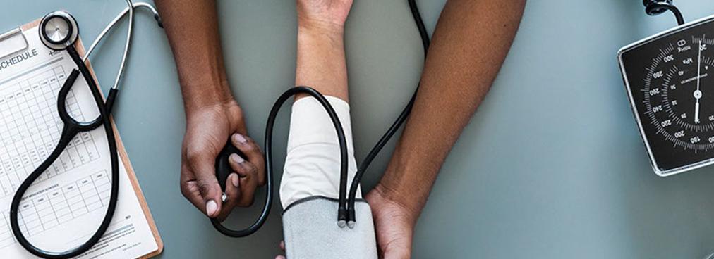 Ein Patient, bei dem der Blutdruck gemessen wird.
