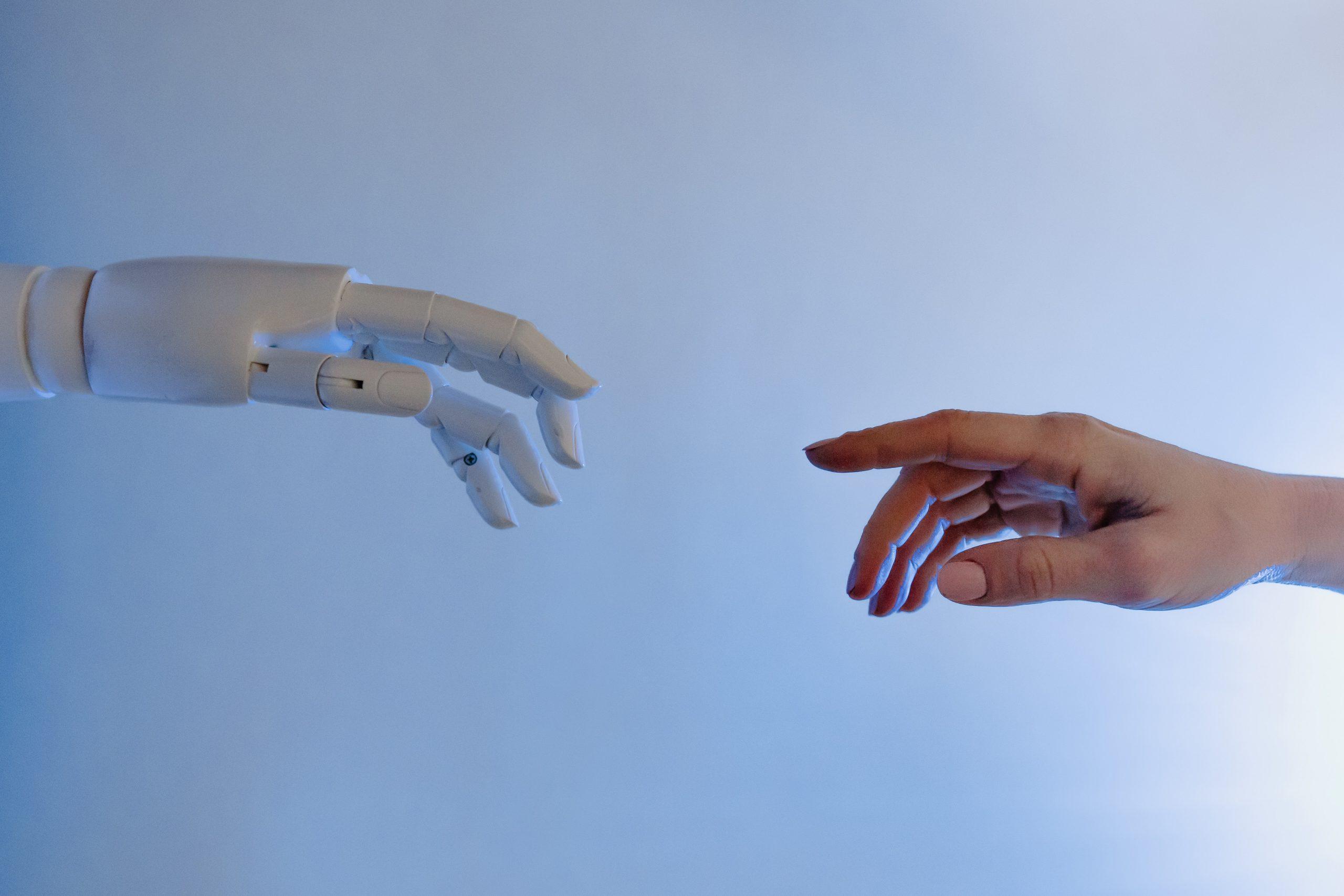 Roboterhand und Menschenhand