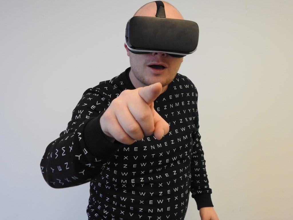 Mann mit VR-Brille auf dem Kopf