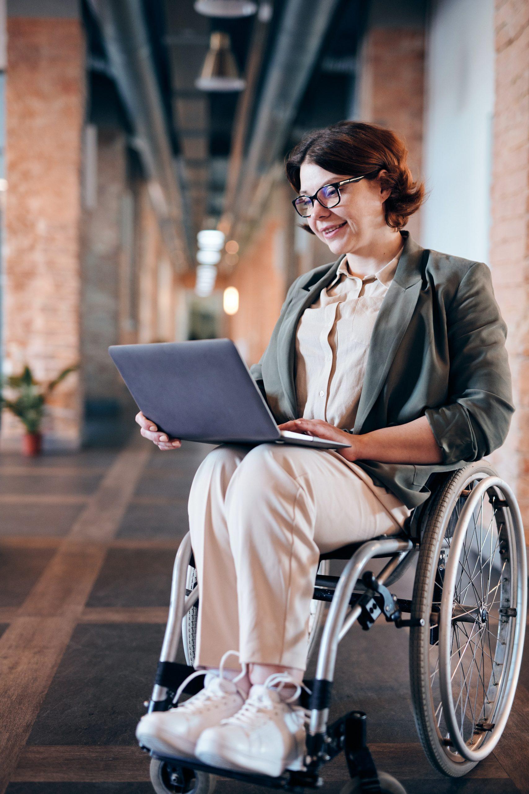 Frau im Rollstuhl