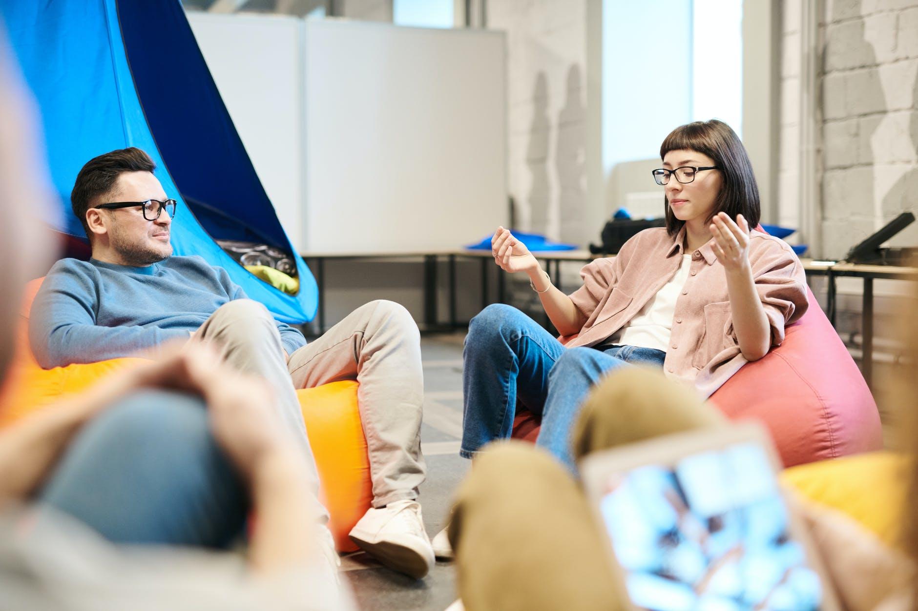 Mann und Frau im Sitzsack unterhalten sich